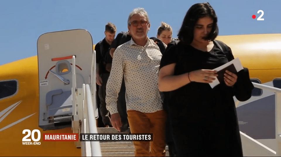 Dr Laget à la descente du vol Paris/Atar affrété par Point Afrique Voyages