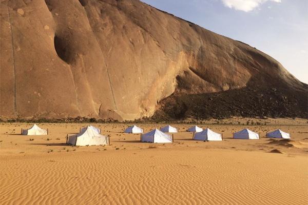 Campent Ben Amira pied du monolithe