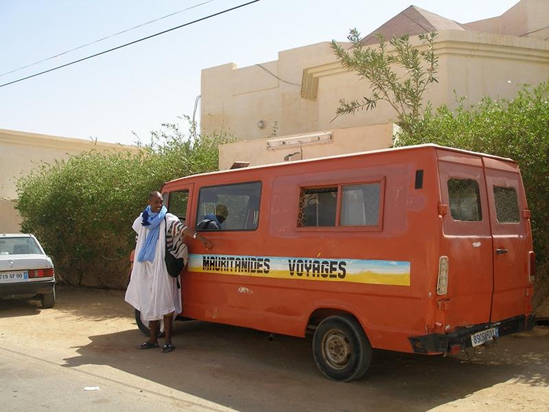 Ahmed Jiddou et le minibus de Mauritanides Voyages