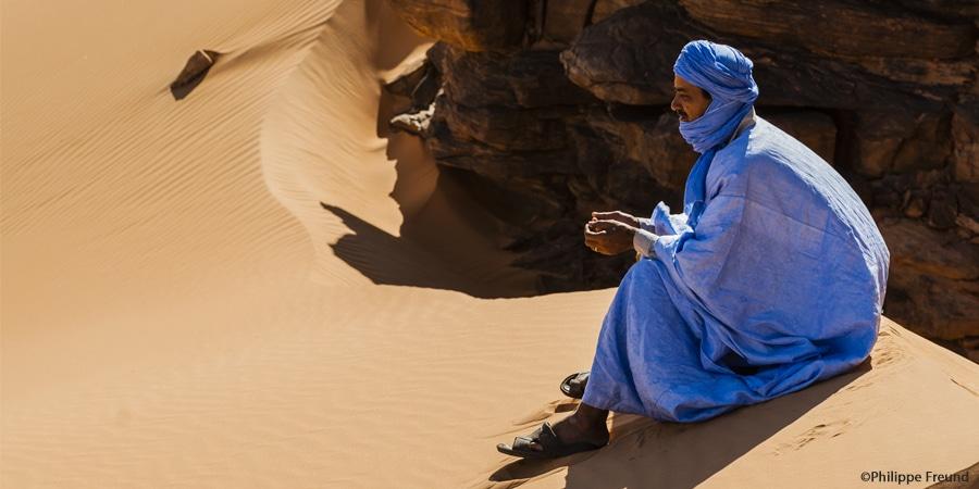 Homme maure assis dans les dunes de l'Amatlich