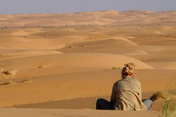 Méditation femme dans le désert mauritanie